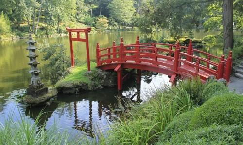 Pont rouge typique des jardins japonais